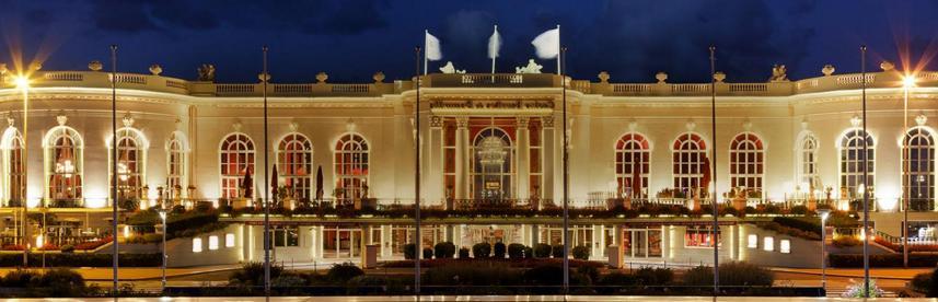 Le casino Barrière de Deauville de nuit