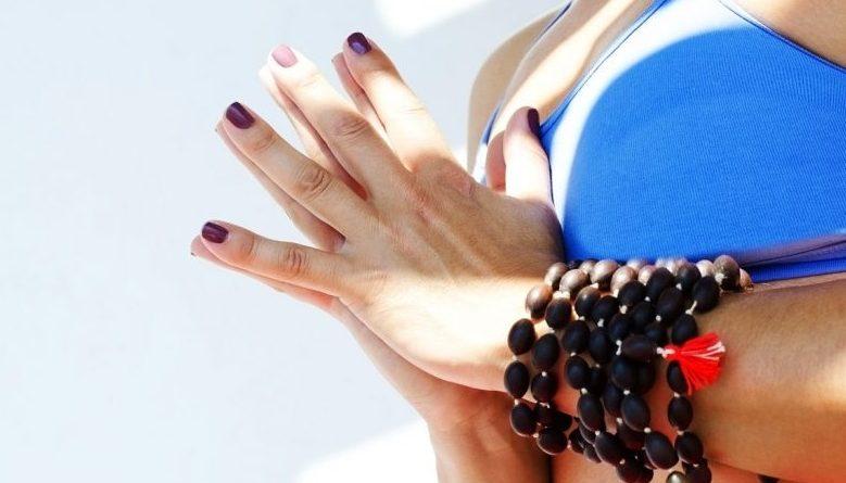 Femme avec bracelet bouddhiste