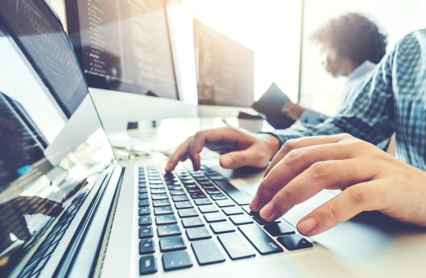 Mains d'un homme sur ordinateur