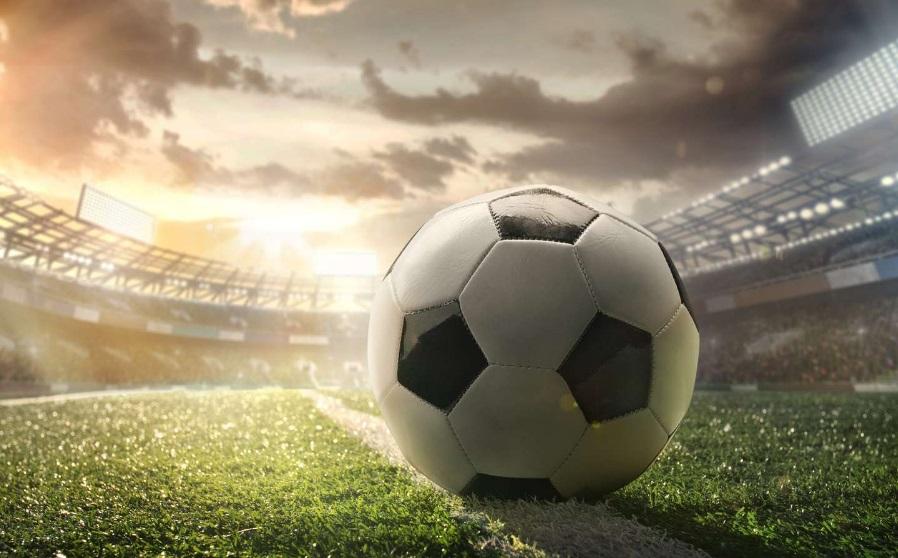 Un ballon de foot sur un terrain