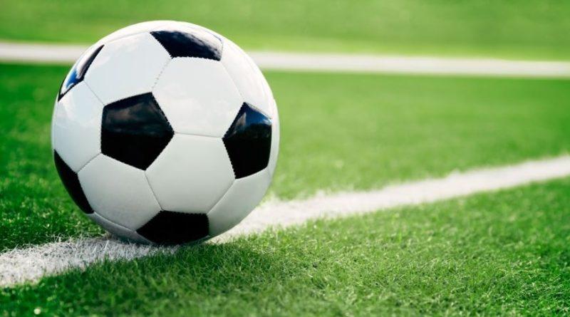 Un ballon sur un terrain