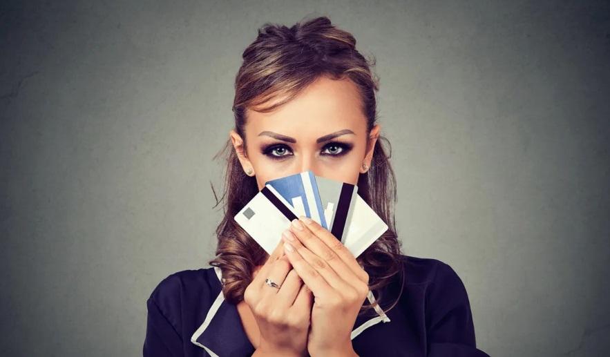 Une femme avec des cartes bancaires