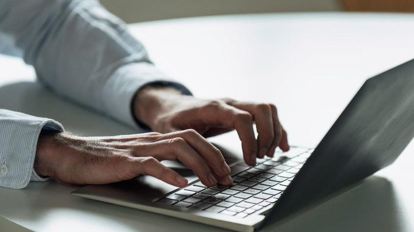 Des mains et un ordinateur