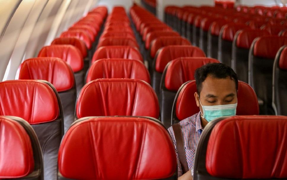 Homme masqué dans un avion