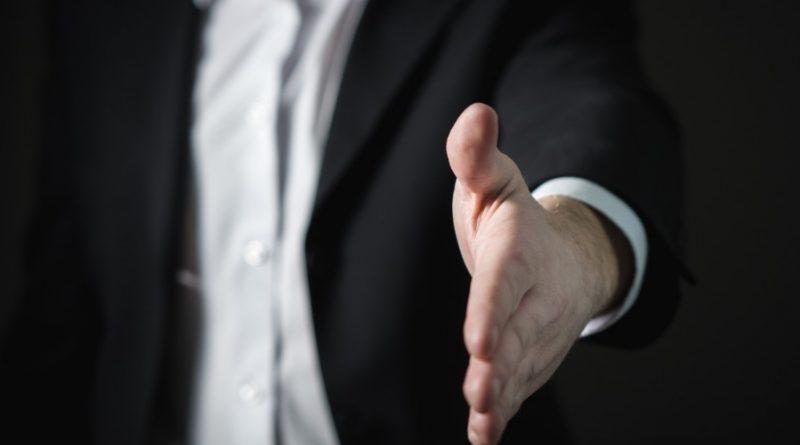 Homme qui tend la main