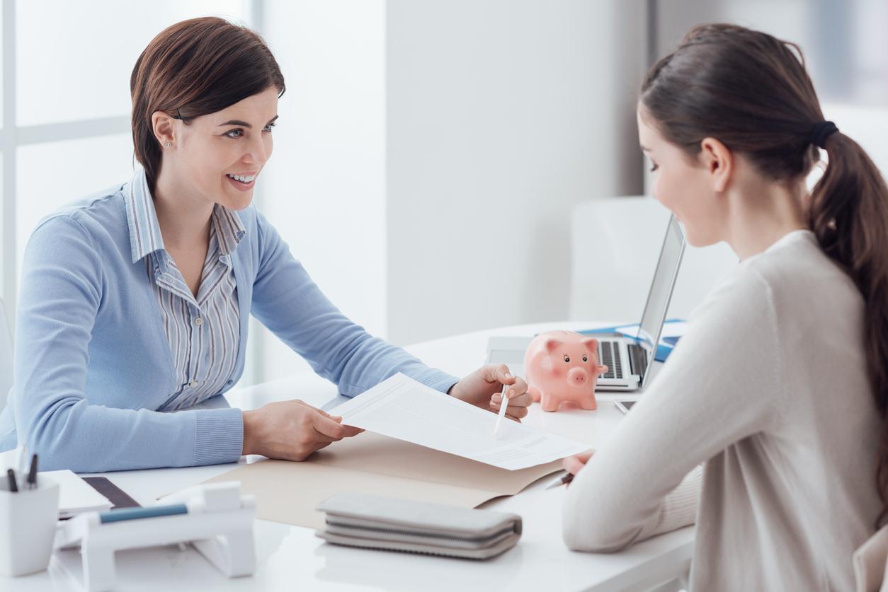 Deux femmes autour d'un contrat immobilier