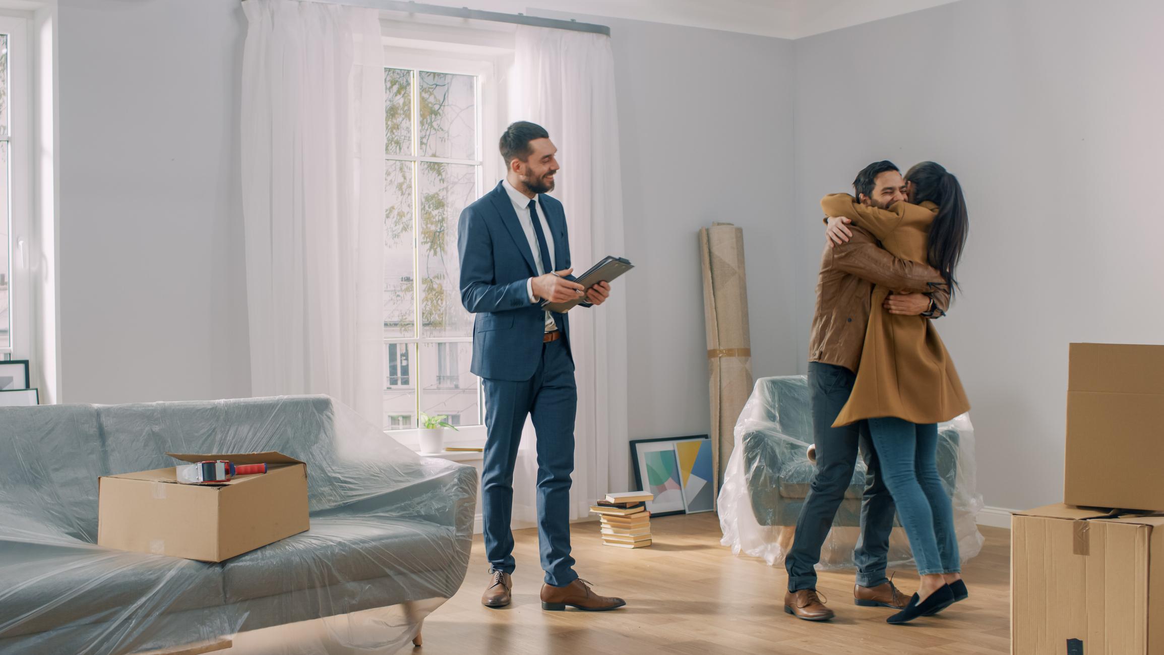 Un couple heureux d'avoir acheté un appartement