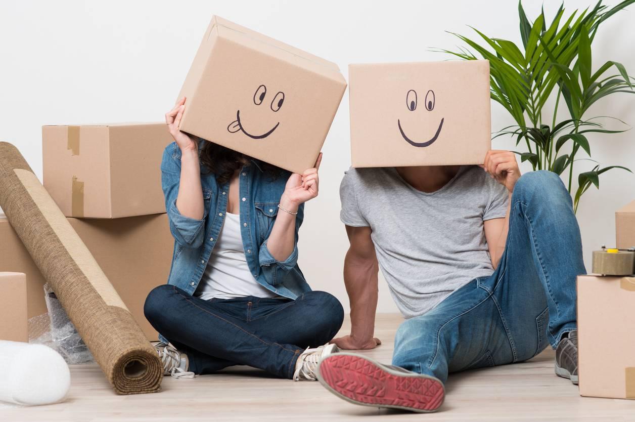 Personne avec cartons de déménagement