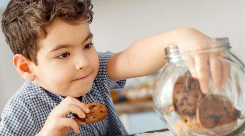 """alt=""""enfant qui mange des gâteaux"""""""