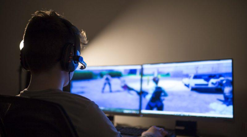 Jeune homme jouant en ligne