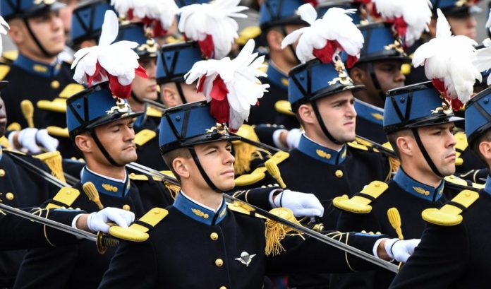 Militaires en tenue de cérémonie