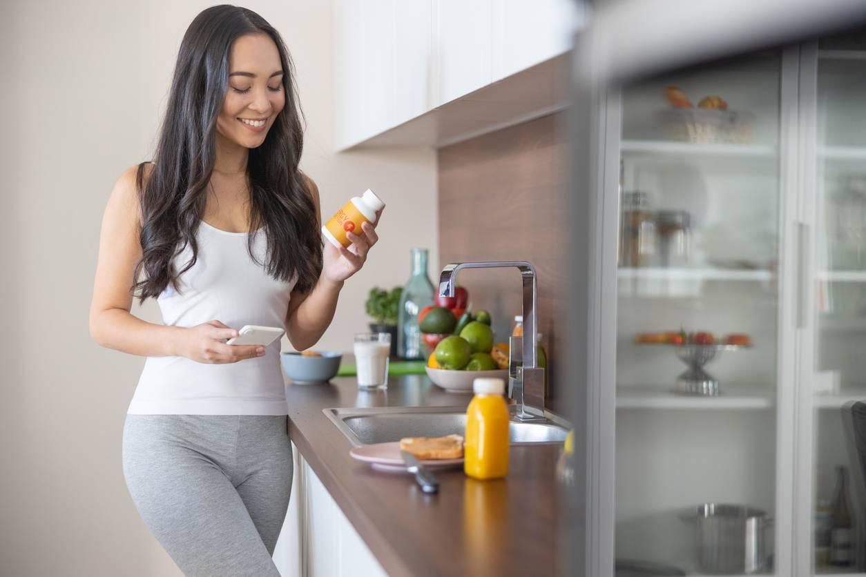 Femme avec jus de fruits