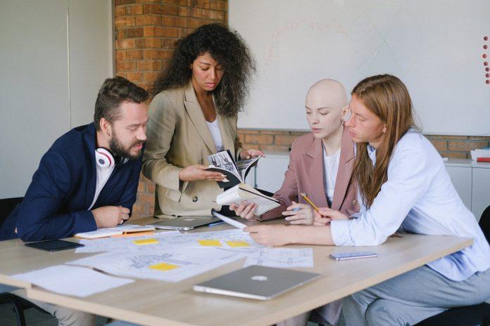 Une équipe en salle de réunion entrain de résoudre une situation de crise