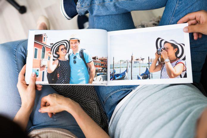 Un album photo avec des photos souvenirs