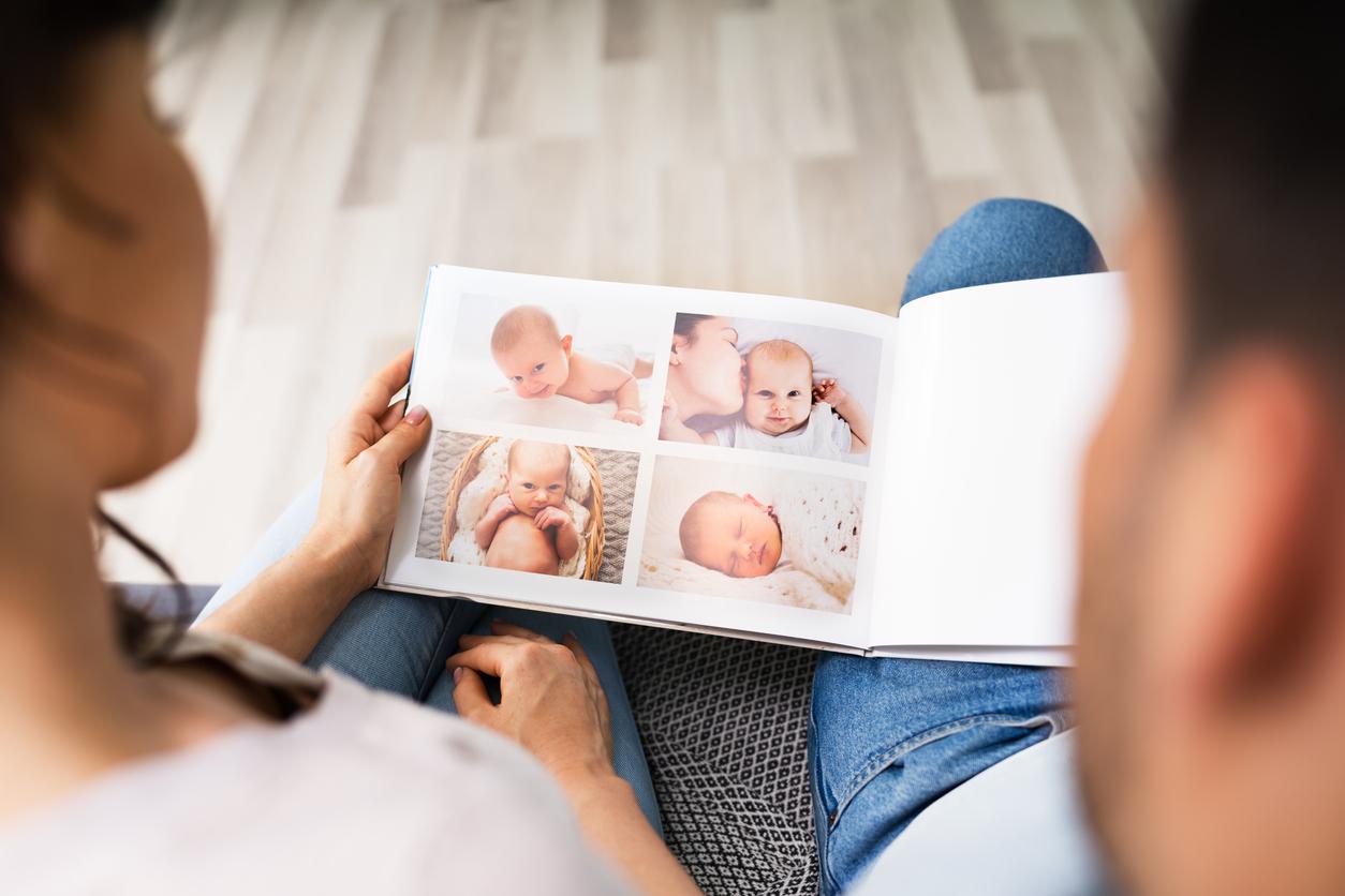 Des photos de bébé sur un album