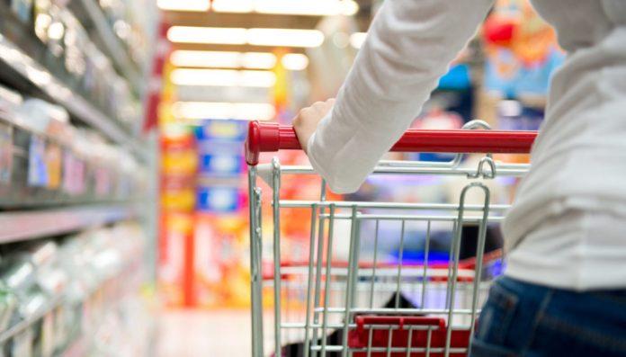 Une femme au supermarché avec un cadie