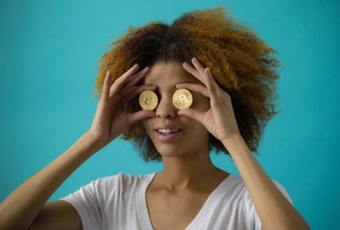 femme pièces bitcoin sourire