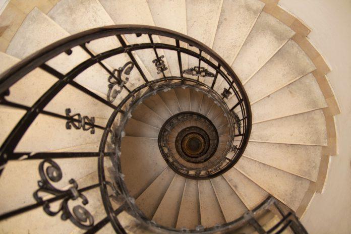 un escalier en tourbillon