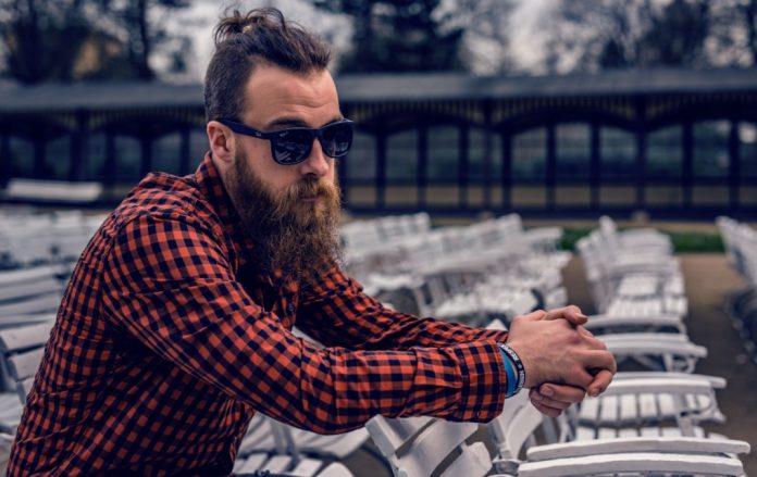 homme chemise carreaux lunettes barbe hipster cheveux attachés