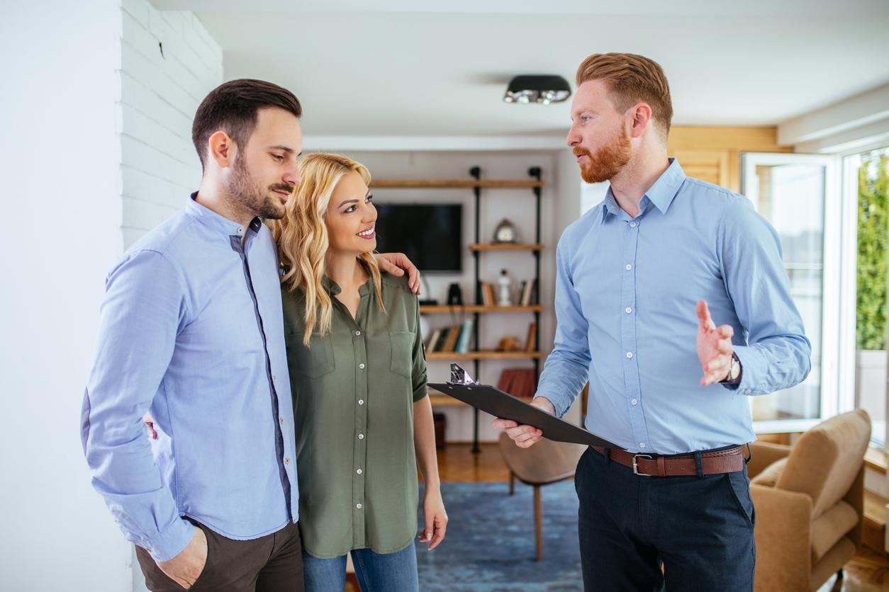 un agent immobilier avec un couple